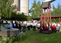 Frövi Kulturförening håller en av sina allsångskvällar på museets utomhusscen.