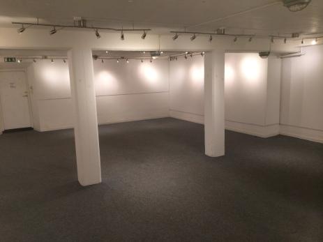 Galleriet ligger en halvvåning ner från verkstadshallen. Takhöjden i galleriet är lägre än i dom andra utställningslokalerna. På väggarna sitter vitmålade skivor på vilka det går att montera verk.