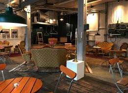 I museets café finns plats för ca 40 personer. Caféet ligger i den f.d. mekaniska verkstaden. En stor sal som även går att möblera om med långbord vid större grupper.